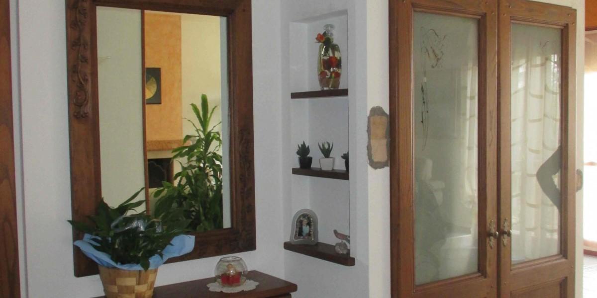 mobile-ingresso-in-legno-e-muratura.jpg