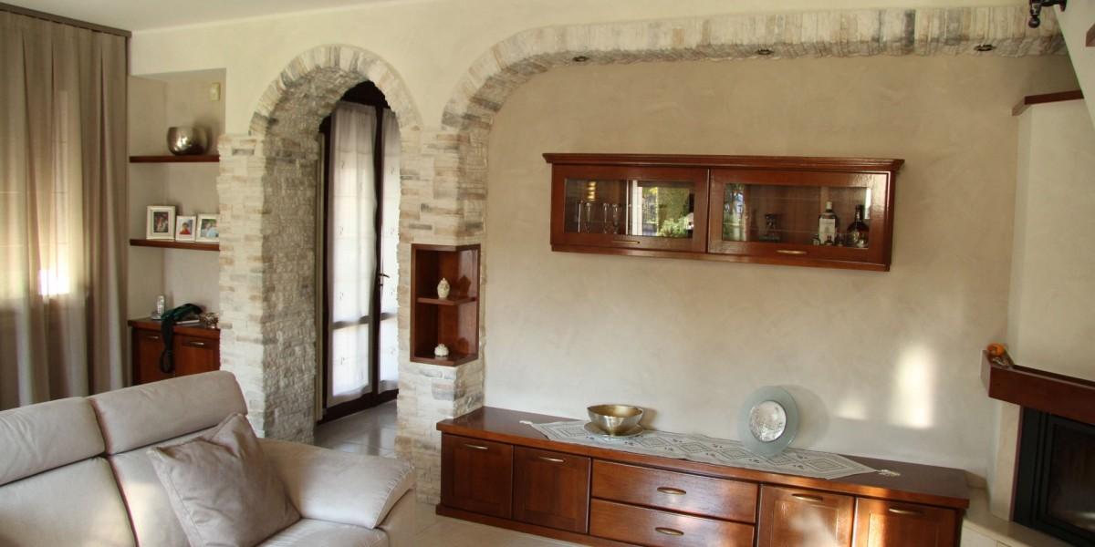 soggiorno-in-legno-con-camino.jpg